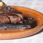 Solomillo de buey a la piedra con patata asada y foie
